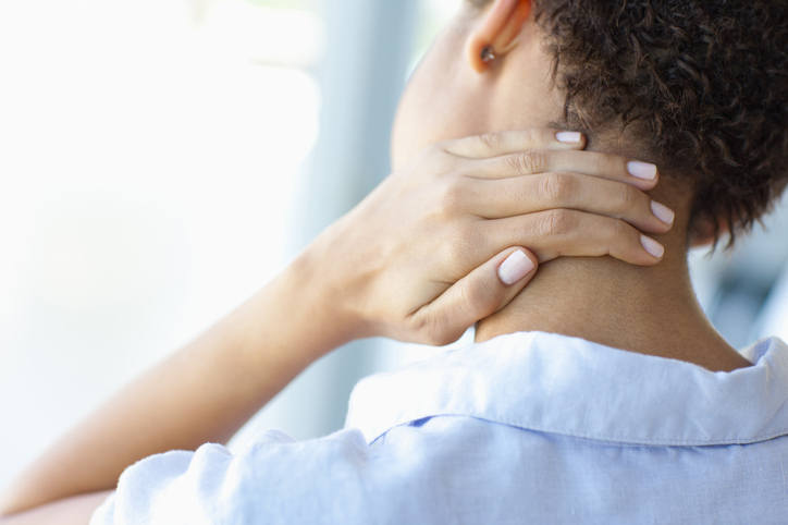 ¿Tienes dolor de cuello y hombros? sigue estos consejos para disminuirlo