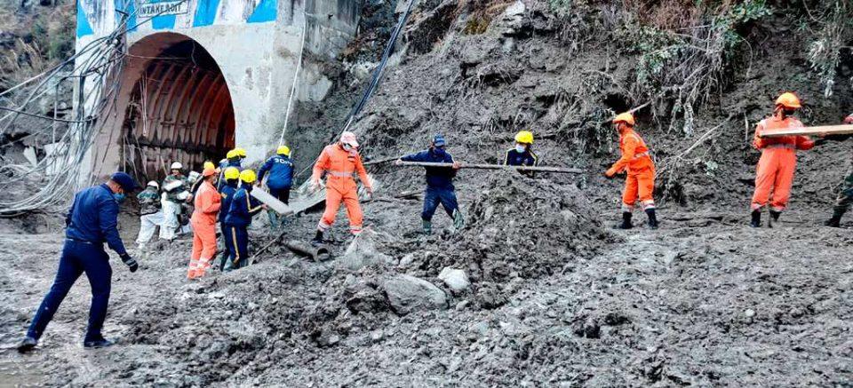 India: buscan a 37 personas atrapadas tras colapso de un glaciar