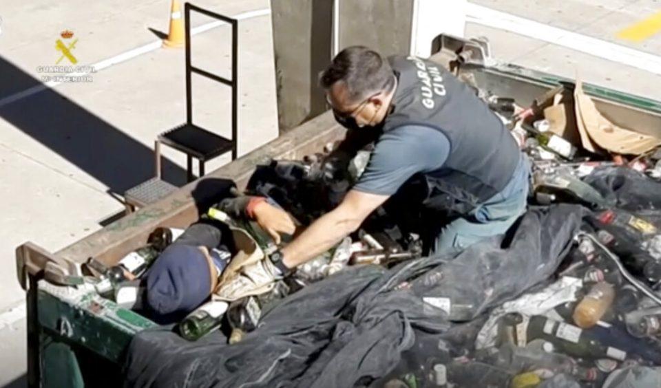 España | Encuentran migrantes ocultos entre vidrios rotos y cenizas
