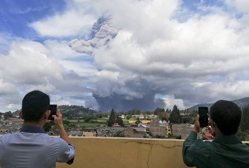 Indonesia en alerta por volcán Sinabung. Expulsó ceniza y humo a cinco metros de altura