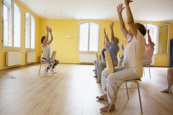 Beneficios del Yoga en silla para adultos mayores