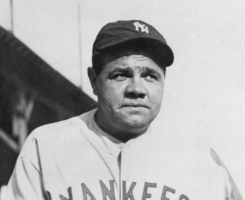 """""""Si por El Guante de Oro se eligiera a los inmortales para Cooperstown, Hank Aaron nunca hubiera llegado al Hall de la Fama. Sólo recibió tres""""… J.V.- -o-o-o- A los 72 años de muerto, Babe Ruth sigue imponiendo records. Acaba de superar todos los precios de barajitas de atletas profesionales, según me informan, vía Chis Cwik, yahoo y Héctor E. Sánchez. La barajita de Babe Ruth en las menores, que lo identifica solamente como lanzador, ha sido vendida por seis millones de dólares a un personaje que no quiere aparecer en las informaciones. Él pondrá su joya en exhibición en el """"Babe Ruth Museum"""", de Baltimore, la ciudad donde nació El Babe. La primera de las barajitas de este tipo que alcanzó precios escandalosos fue la de Honus Wagner, la cual fue aumentando su valor venta tras venta, hasta que en 2017, dieron por ella cuatro millones de dólares. Pero estas barajitas raras de figuras de todos los deportes han subido de valor escandalosamente en los últimos años. Le de Mickey Mantle y la del basquetbolista, LeBron James, se vendieron cada una por cinco millones 200 mil dólares, superando la Wagner y la de Mike Trout, que llegó a tres millones 930 mil. Para alcanzar estos precios millonarios, las barajitas tienen que ser únicas o muy pocas. Ruth jugó, solo como pitcher, con los Orioles de Báltimore, en 1914, cuando eran Triple A de la Liga Internacional. No hay más de 10 de estas barajitas de Ruth en todo el mundo. La barajita de Wagner, quien jugó entre 1897 y 1917 con el Louisville y el Pittsburgh, se hizo famosa y costosa, porque él prohibió que circulara. Durante aquellos años, la """"Américan Tobacco Cómpany"""", ponía en sus cajetillas de cigarrillos, barajitas de peloteros. Pero Wagner era enemigo de ese vicio, por lo que ordenó el retiro de su figura de tal promoción. Y muy pocas quedaron en manos del público. Esa barajita se conoce como """"la T206"""", lanzada al mercado entre 1909 y 1911. Wagner fue un excelente bigleaguer, con promedio al bate de por vida de 327. La ma"""