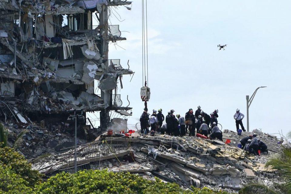 EE.UU.   Con la pelvis rota, madre sacó a su hija de entre los escombros en el Champlain Towers