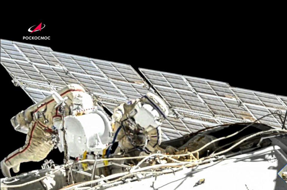 Dos cosmonautas rusos realizan una caminata espacial en EEI