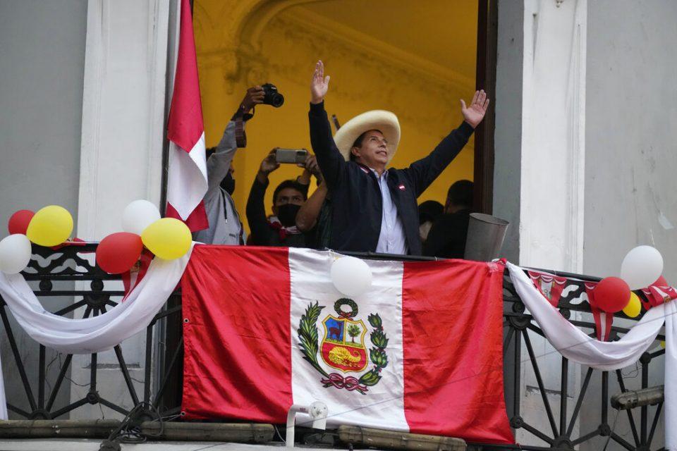 Perú | Castillo sigue arriba en cerrado balotaje presidencial