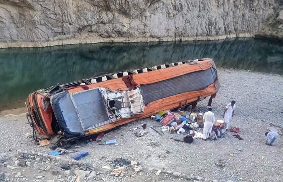 Autobús con peregrinos vuelca en Pakistán y deja 20 fallecidos
