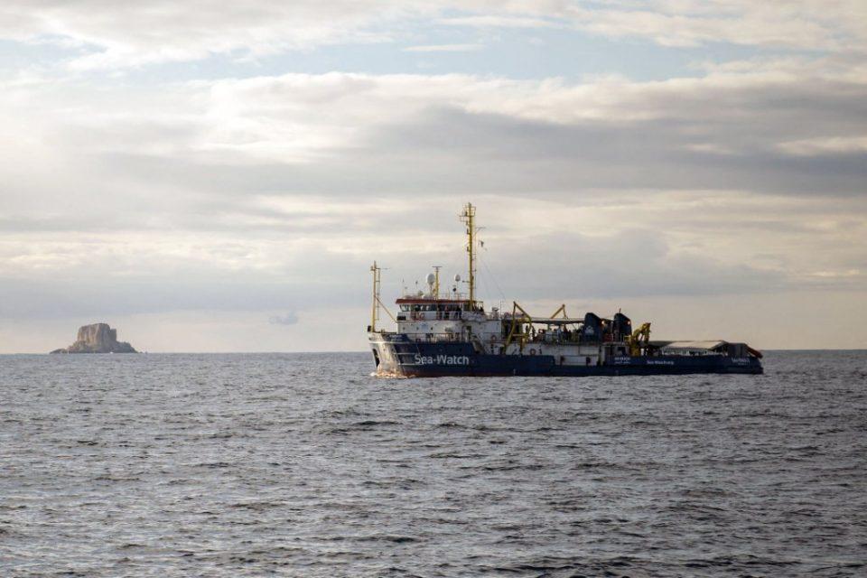 Barco con migrantes vuelca en isla italiana y deja al menos siete muertos