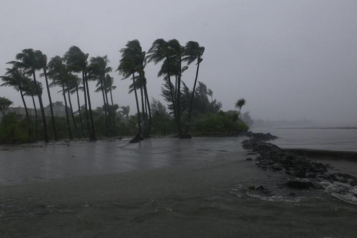 Huracán Enrique pasa junto a la costa suroeste de México