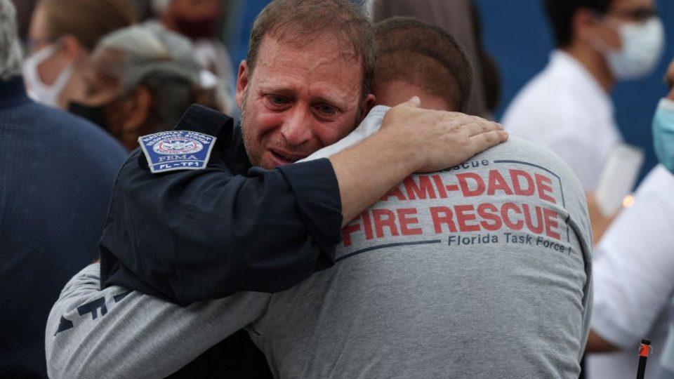 Miami | Familiares y rescatistas conmovidos al anunciar el fin de la búsqueda de sobrevivientes en derrumbe