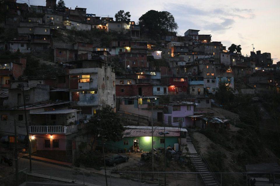 Caraqueños son despertados por explosiones en zonas populares de la capital