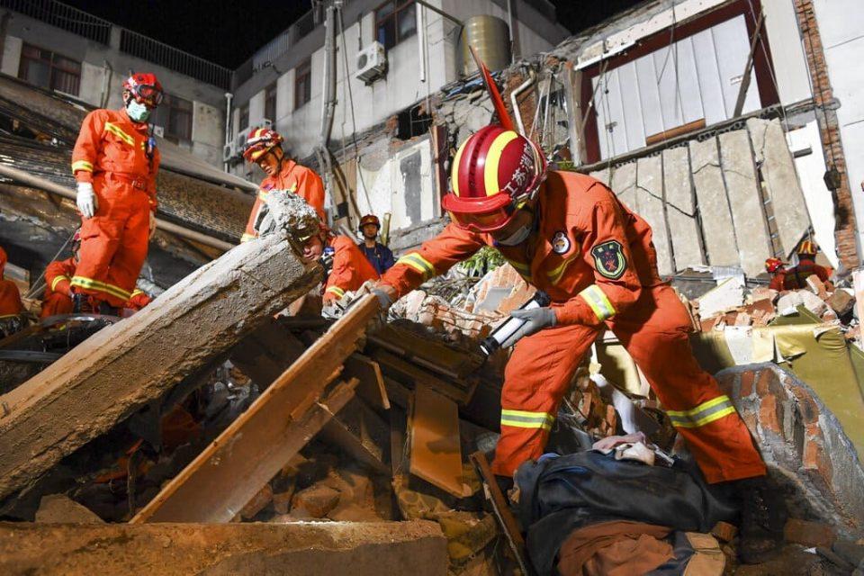Decesos por derrumbe de hotel en China ascendió a 17