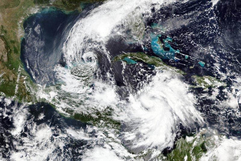 Felicia se fortalece a huracán de categoría 1 lejos de México