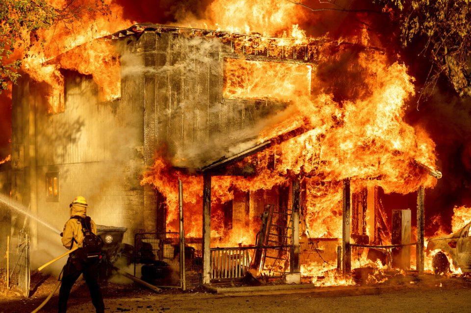 Ola de calor dificulta la lucha contra incendios en EE.UU.