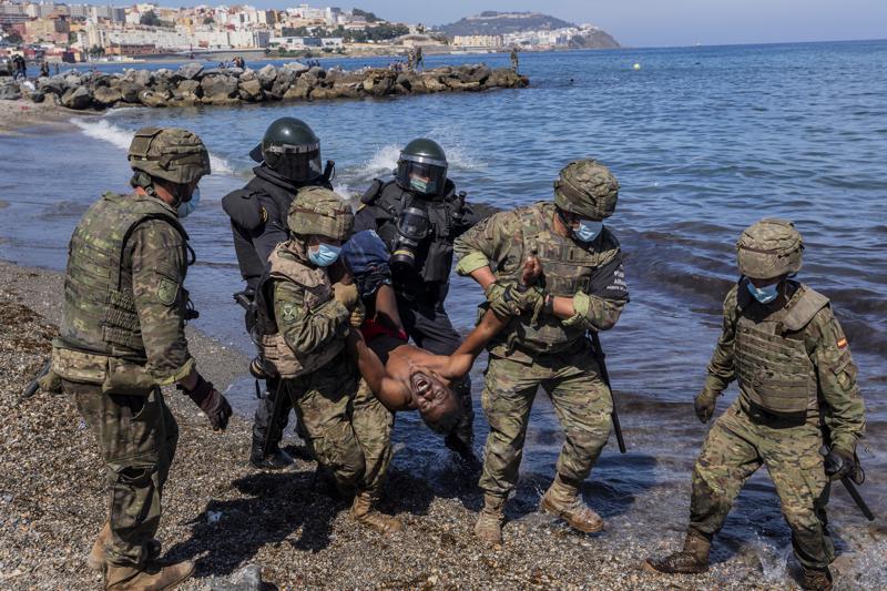 Al menos 119 inmigrantes cruzaron el enclave español de Melilla