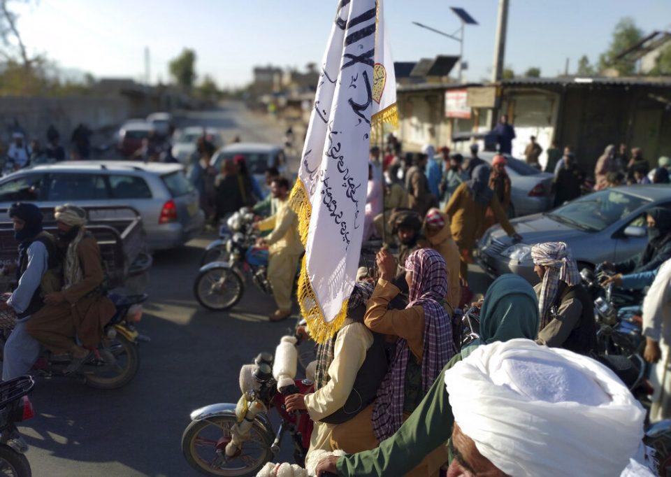 """Tras 20 años de guerra, talibanes declaran la """"completa independencia"""" de Afganistán"""