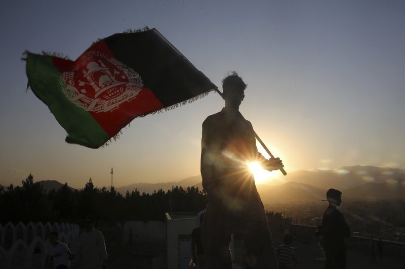 Talibanes reprimen una masiva protesta en defensa de la bandera afgana