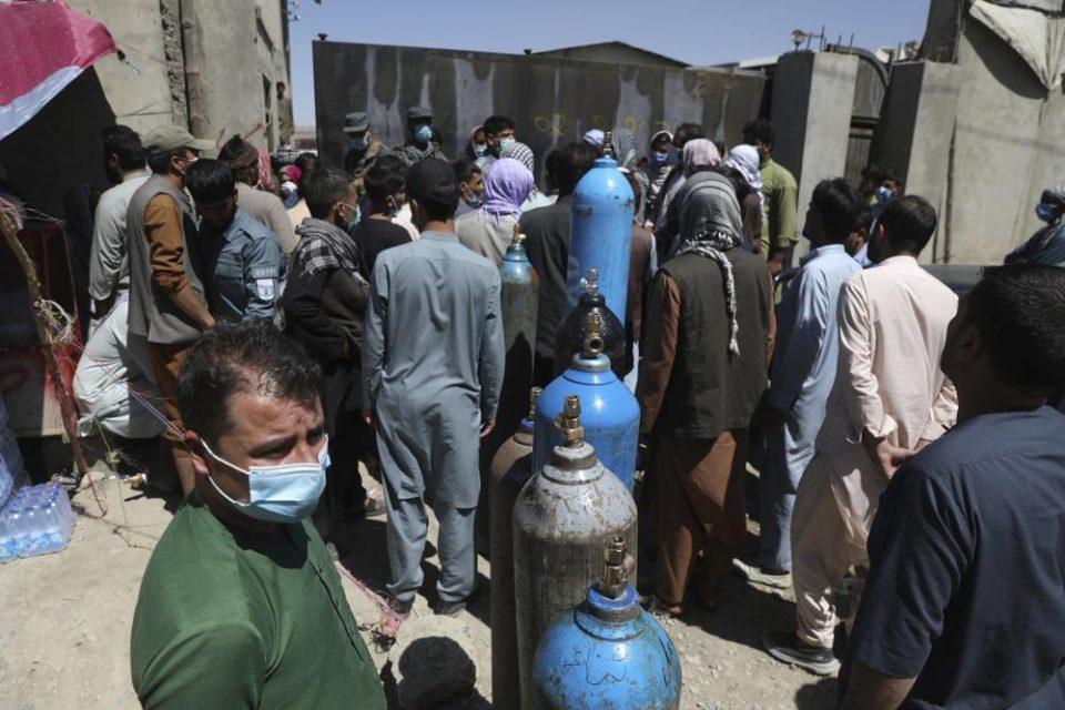 La OMS dice que el material médico en Afganistán durará solo una semana