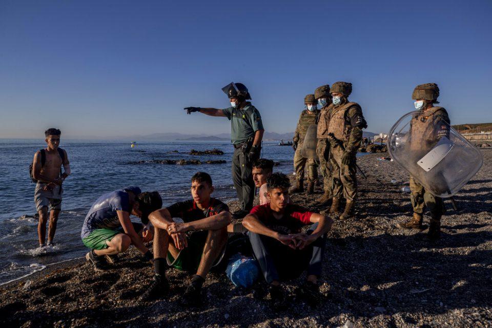 Migrantes intentan nadar de Marruecos a enclave español