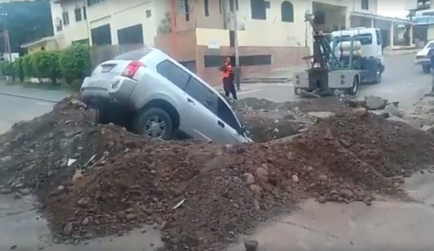 Camioneta cae en enorme hueco de la Av. Morán de Barquisimeto