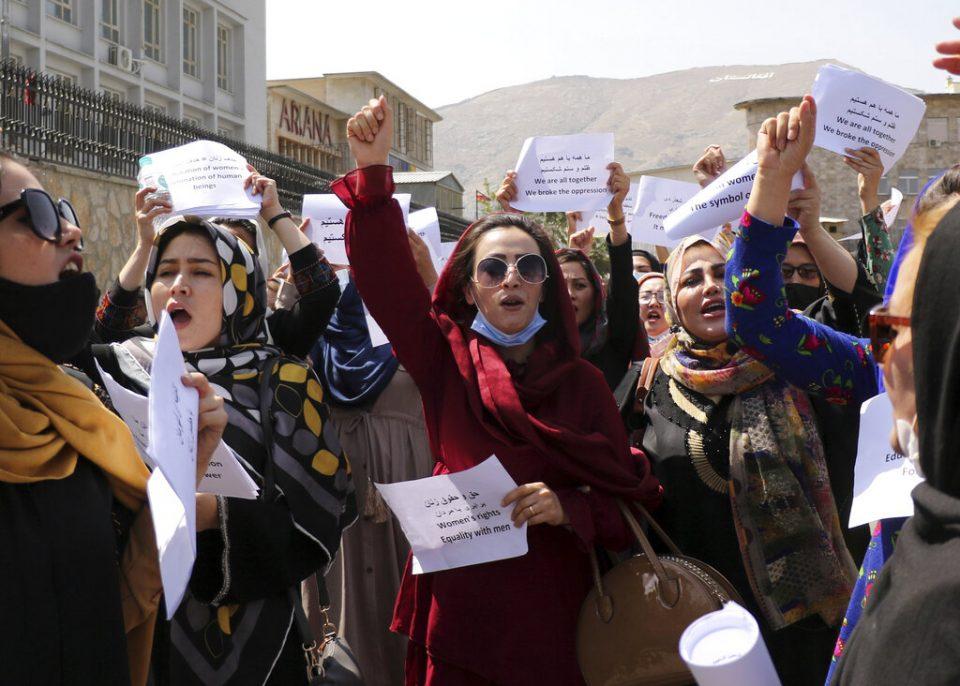 Mujeres afganas protestan en Kabul para exigir derechos