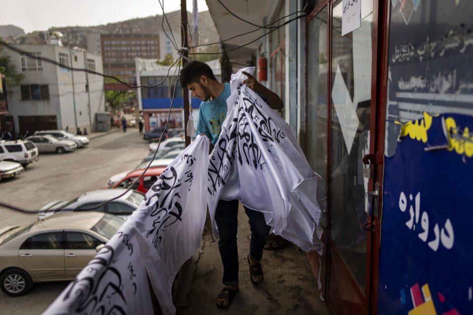 Tienda de Kabul cambia su mercancía tras auge del Talibán