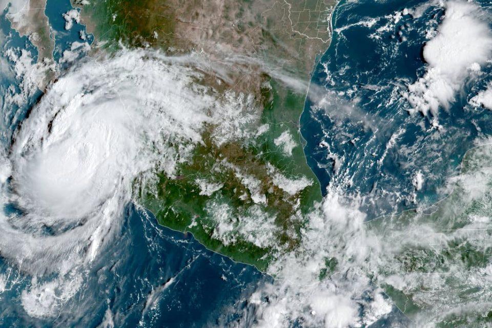 Huracán Olaf golpea el balneario mexicano de Los Cabos